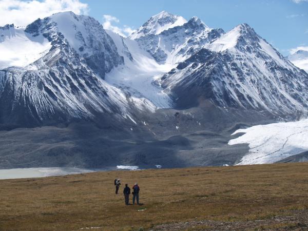 Золотые горы Алтая На юго западе алтайских гор проходит долина реки Катунь Катунь широко изогнувшись спускается с Алтайских гор и впадает в реку Бийя Здесь располагается