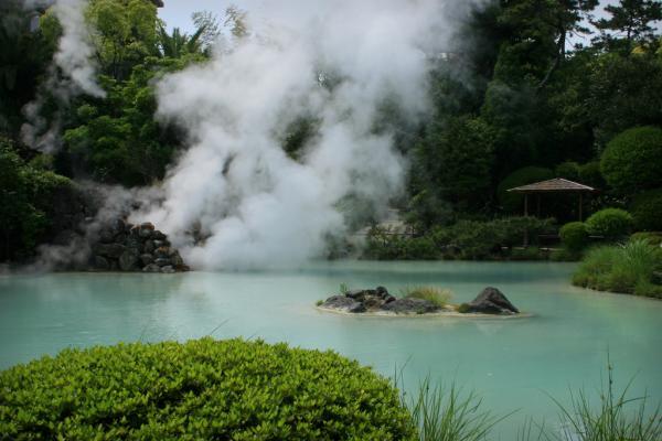 Самым известным курортом горячих источников в Японии считается Бэппу у залива Бэппу...