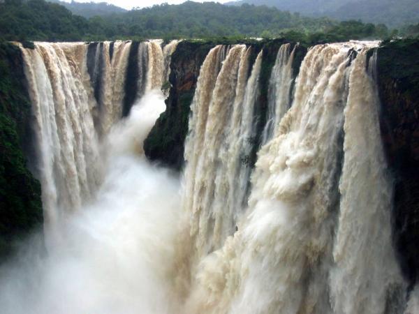 Водопад герсоппа расположен на реке